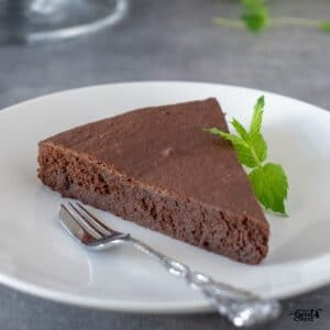 This keto chocolate cake is super easy to make, using the ingredients you are bound to have around the house. Chocolate lovers welcome!